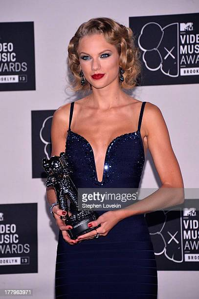 Taylor Swift poses with the award for Best Female Video at the 2013 MTV Video Music Awards at the Barclays Center on August 25, 2013 in the Brooklyn...