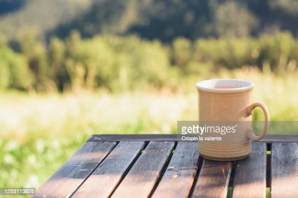 taza de café o te  sobre mesa de madera en el jardín - taza de café stock pictures, royalty-free photos & images