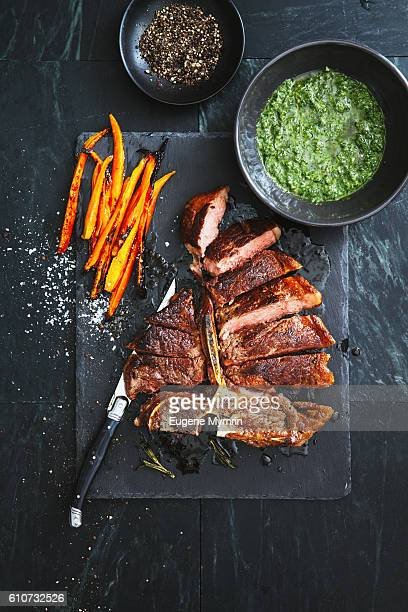 t-bone steak with herbs and vegetables - carne de churrasco imagens e fotografias de stock