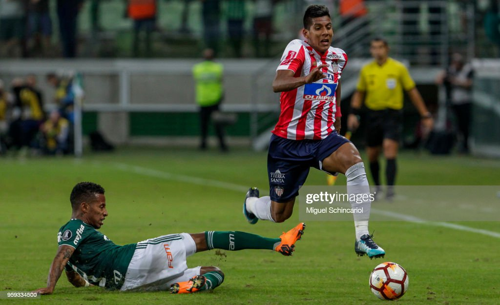 Tche Tche (L) of Palmeiras of Brazil vies for the ball with Davi Murillo of Junior Barranquilla of Colombia during the match for the Copa CONMEBOL Libertadores 2018 at Allianz Parque Stadium on May 16, 2018 in Sao Paulo, Brazil.
