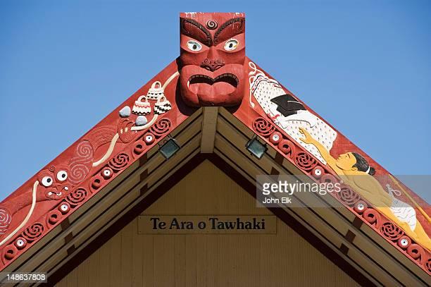 te ara o tawhaki meeting house with maori carving detail. - ホークスベイ地域 ストックフォトと画像