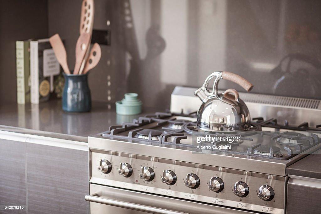Tea kettle on the stove : Foto de stock