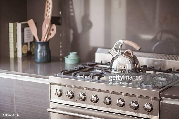 tea kettle on the stove - haushaltsmaschine stock-fotos und bilder