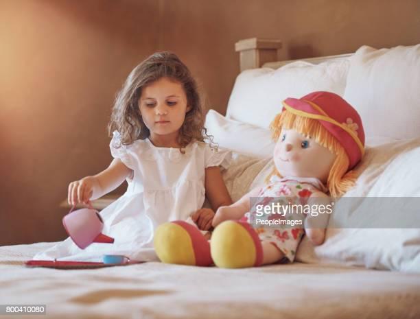 Tea-Party mit ihrem Lieblings dolly