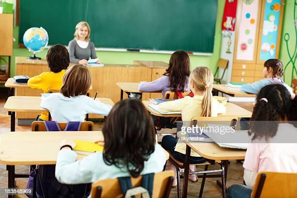 Elemental estudiantes y profesor en un montaje tipo aula