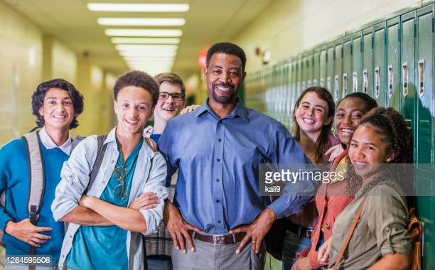 廊下でぶらぶらしている教師と高校生 - 校長 ストックフォトと画像