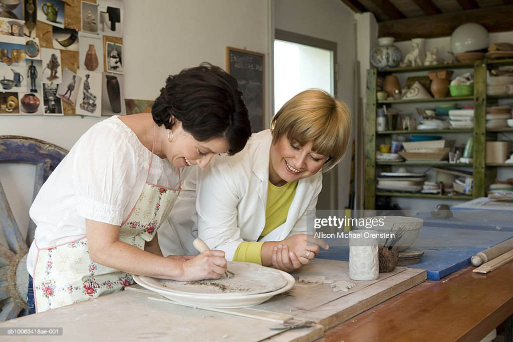 Teacher and student working in ceramics studio : Foto stock
