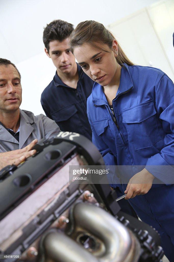 Professor e alunos na aula de formação de Mecânico : Foto de stock