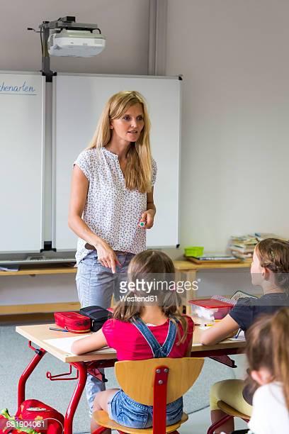 teacher at class - maestra foto e immagini stock
