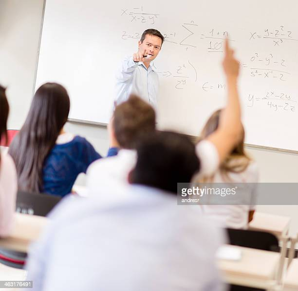 Étudiants avec professeur demande à lever la main