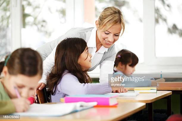 Lehrer im Klassenzimmer zeigt. Kinder hören.