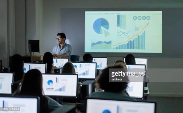 Lehrer geben einen Vortrag an der IT-Unterricht