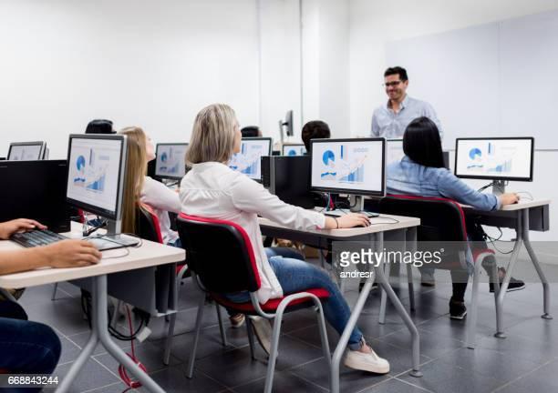 Lehrer geben eine IT-Klasse an der Universität