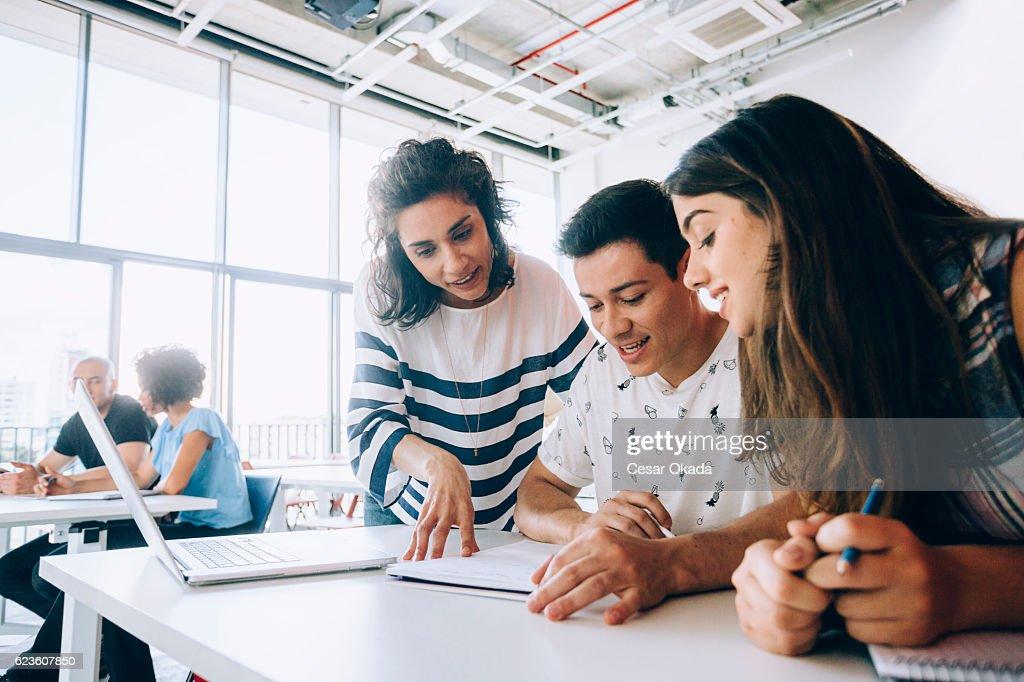 Professor ajudar os alunos : Foto de stock