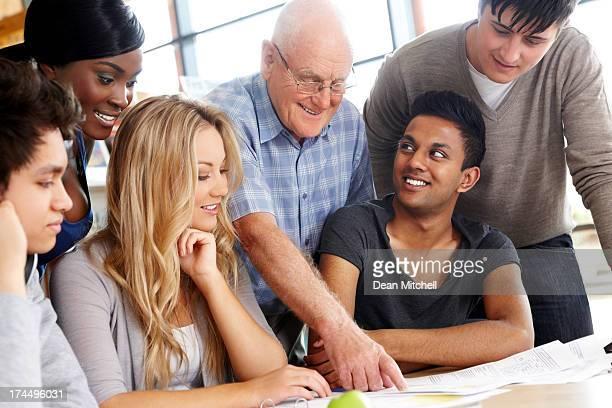 Lehrer helfen Schüler mit ihren Aufgaben