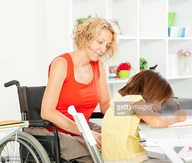 Lehrer in einem Rollstuhl.