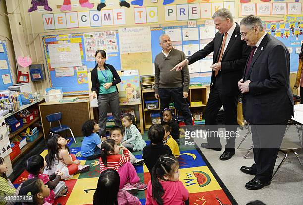 Teacher Jane Pan science coach Jack Ruolo NYC Mayor Bill de Blasio and Assembly Speaker Sheldon Silver visit a preK classroom at PS1 on Henry St in...