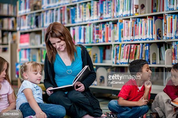 Enseignant en lisant le livre pour les étudiants