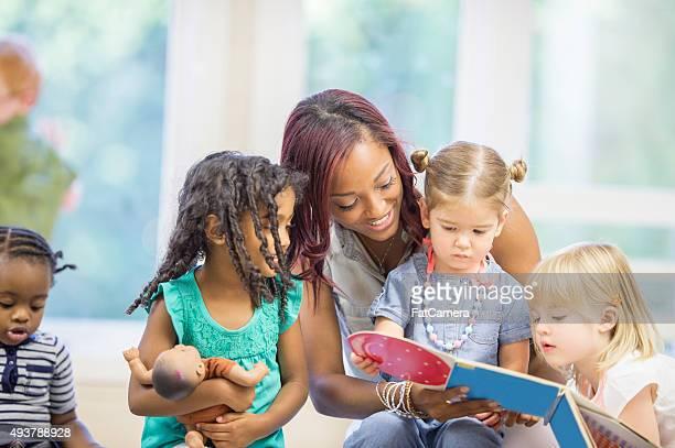 Lehrer lesen für Kinder ein Bilderbuch