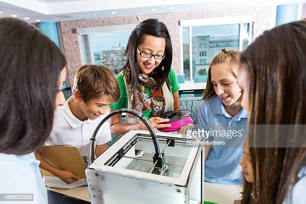 Lehrer, die Schüler grundlegende Nutzung 3D-Drucker