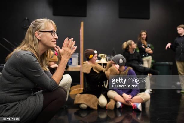 teacher talking to middle school drama class - feedback stockfoto's en -beelden