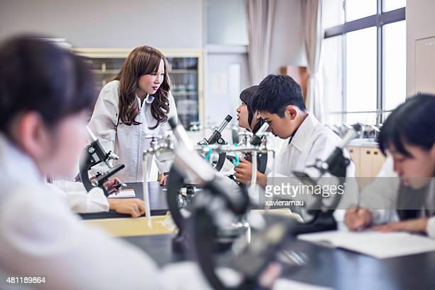 生徒と教師話すの科学研究所