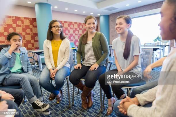 Lehrer-Gespräche mit Gruppe von Studentinnen