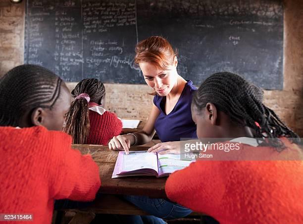 teacher teaching children in classroom, kenya - hugh sitton 個照片及圖片檔