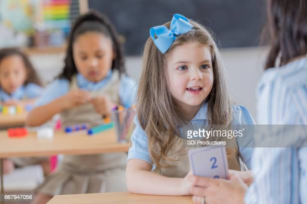 teacher uses flashcards with young student - hair bow stock pictures, royalty-free photos & images