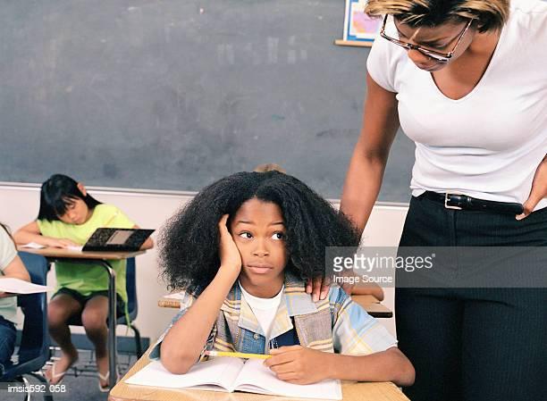 Lehrer mit gelangweilt Kind