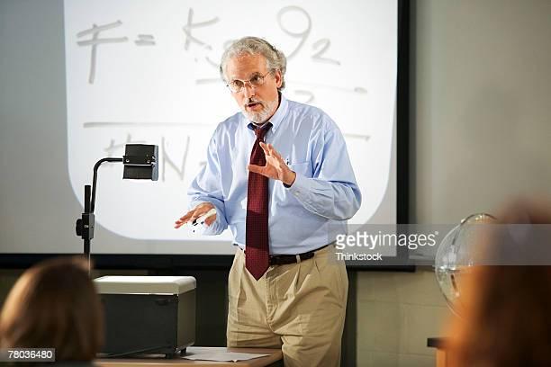 teacher with overhead projector - overheadprojector stockfoto's en -beelden