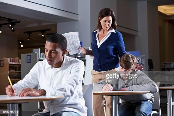 Lehrer mit Schülern in der Schule mit standardisierten test
