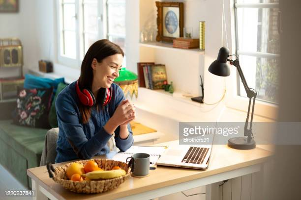 teaching a class online from home - free business coaching stock pictures, royalty-free photos & images