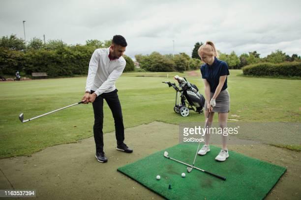 ゴルフコースでの指導 - ゴルフ練習場 ストックフォトと画像