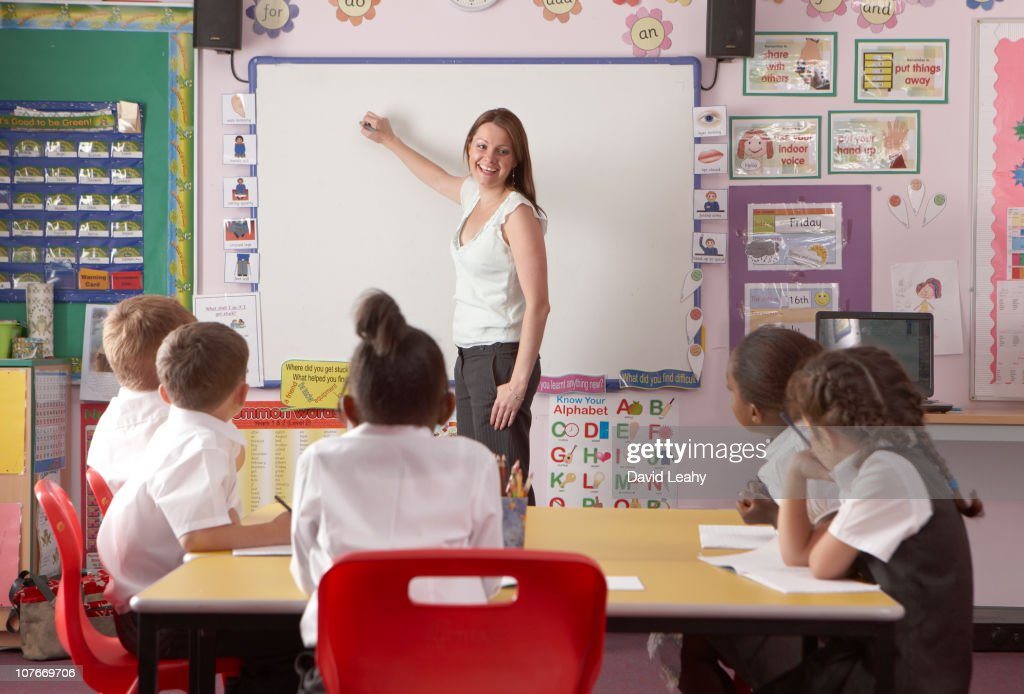 teaching in a classroom ストックフォト getty images