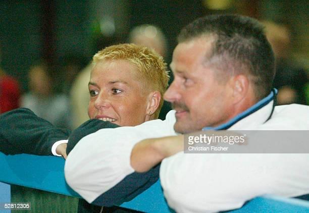 Indoor Meeting in Erfurt 2003, Erfurt; Die deutsche Leichtathletin, Grit Breuer steht am Freitag nach dem 400 Meter Rennen des TEAG-Indoor Meeting in...