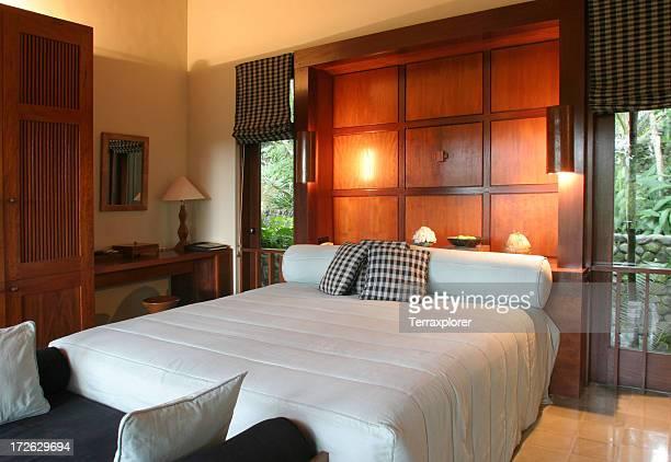 チーク材のベッドルームには、豪華なリゾート - チーク ストックフォトと画像