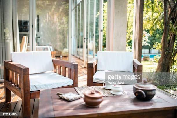 モダンホームのデッキのチーク屋外家具 - チーク ストックフォトと画像