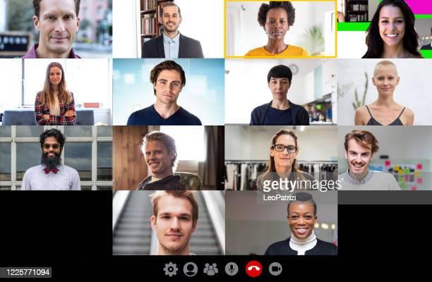 conferentiegesprek met team- en werkpartners - deelnemer stockfoto's en -beelden