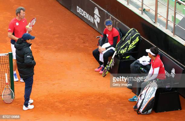 Team captain Anne Keothavong coach Jeremy Bates Johanna Konta and Heather Watson speak during a Great Britain Fed Cup training session at Tenis Club...