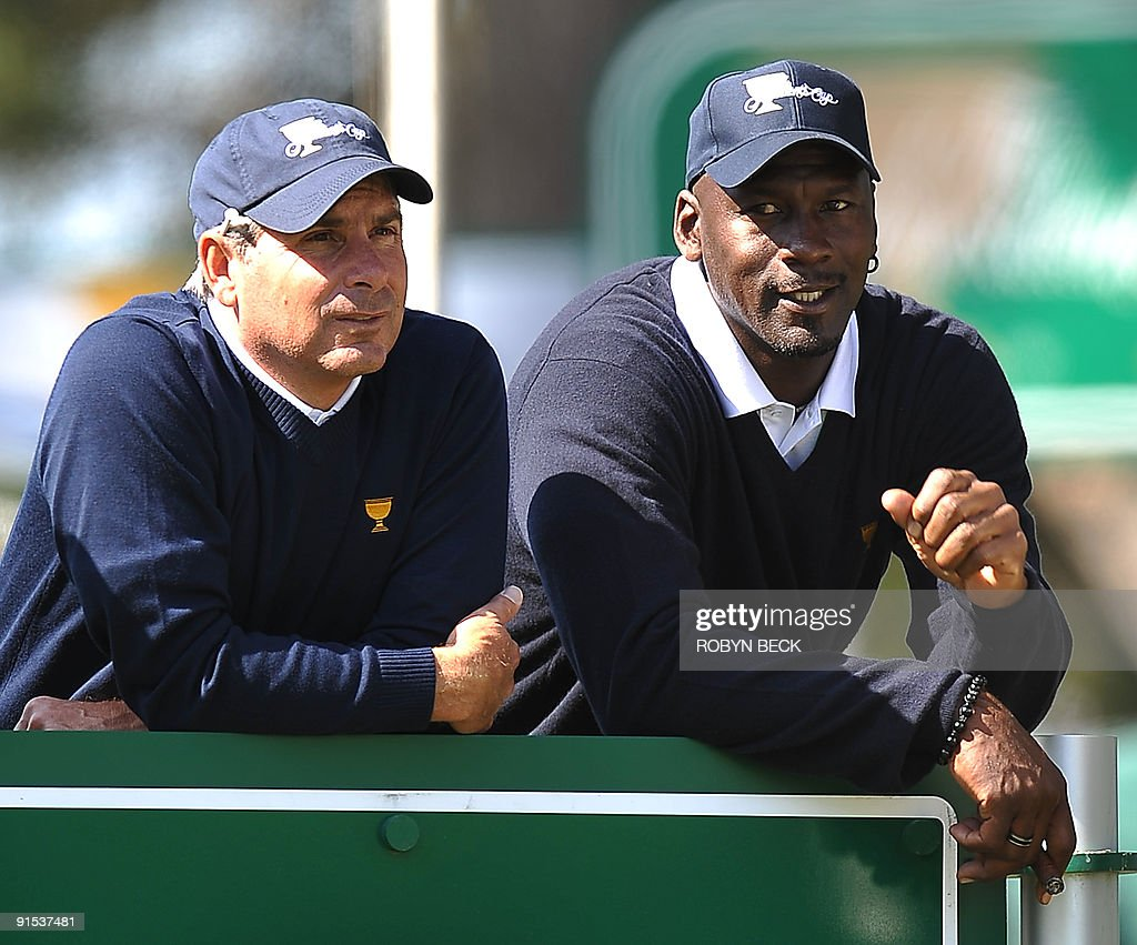 U.S. Team captain Fred Couples (L) watch : News Photo