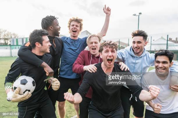 team cheering football match success - só homens jovens imagens e fotografias de stock