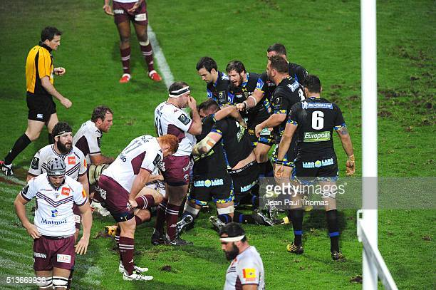Team Clermont celebrate their try during the European Champions Cup match between ASM Clermont Auvergne and Union Bordeaux Begles at Stade Marcel...