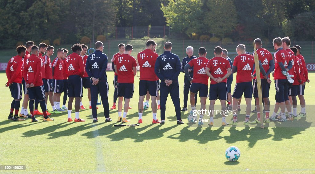 Team coach Jupp Heynckes of FC Bayern Muenchen talks to his team during a training session at the Saebener Strasse training ground on October 12, 2017 in Munich, Germany.