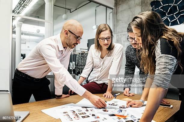 team during business meeting discussing - tempestade cerebral - fotografias e filmes do acervo