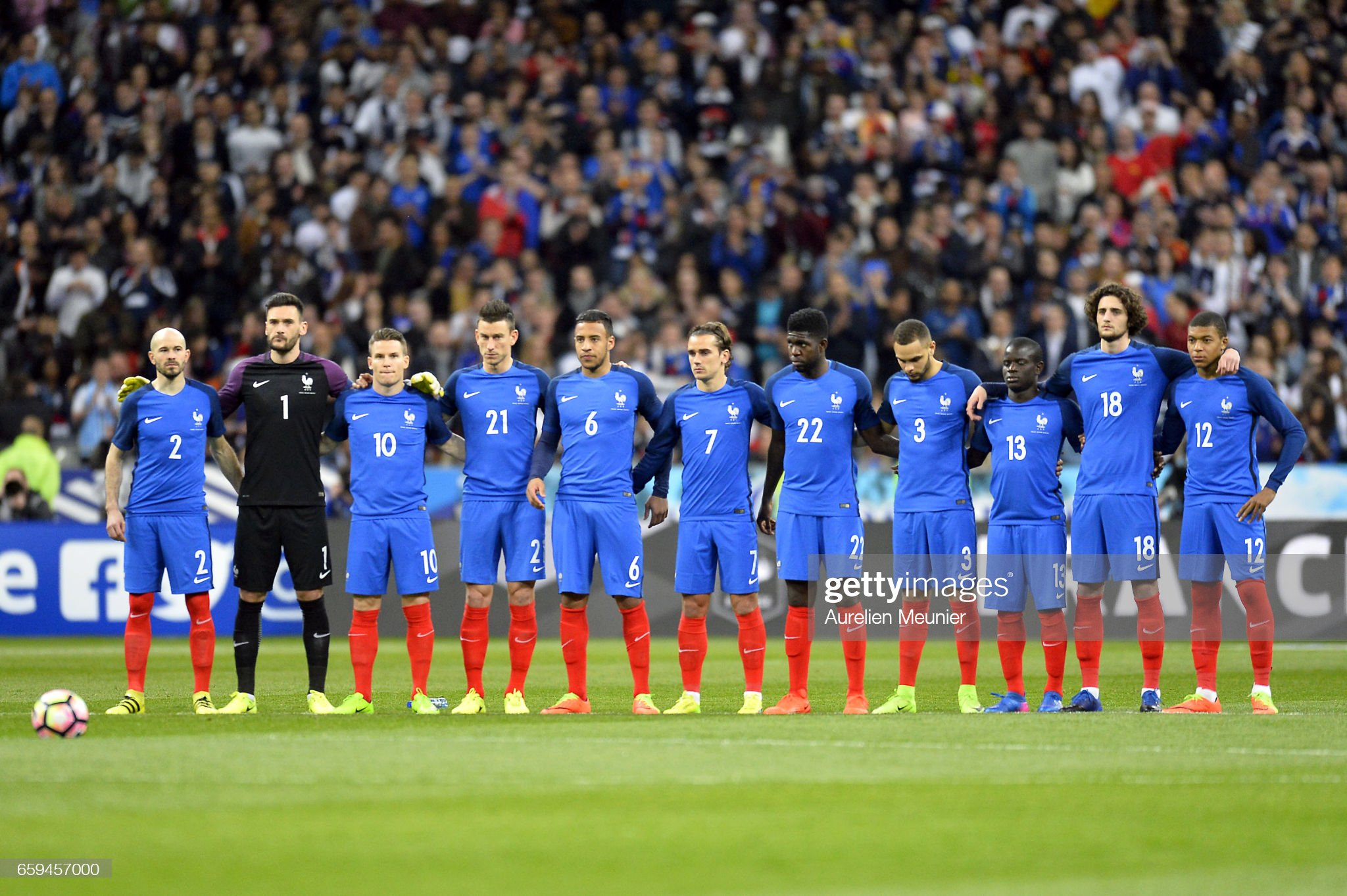 ¿Cuánto mide Christophe Jallet? - Real height Team-france-clap-for-one-minute-as-a-tribute-to-raymond-kopa-before-picture-id659457000?s=2048x2048