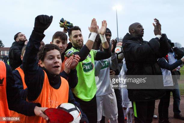 Team Houilles thank their fans during the french National Cup match between Houilles and Concarneau on January 6 2018 in Houilles France