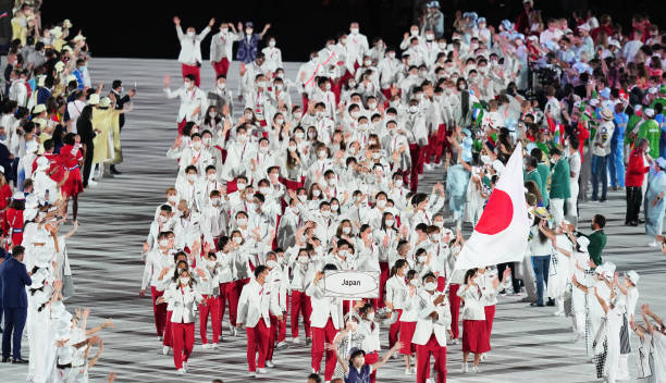 يدخل فريق اليابان إلى الملعب خلال حفل افتتاح دورة الألعاب الأولمبية طوكيو 2020 في الملعب الأولمبي في 23 يوليو 2021 في طوكيو ، اليابان.