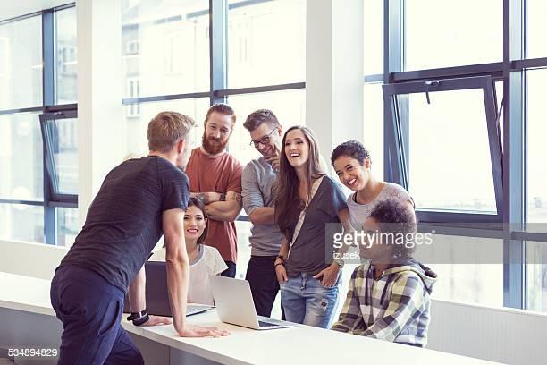 チームリーダー一流のミーティングに、オフィス
