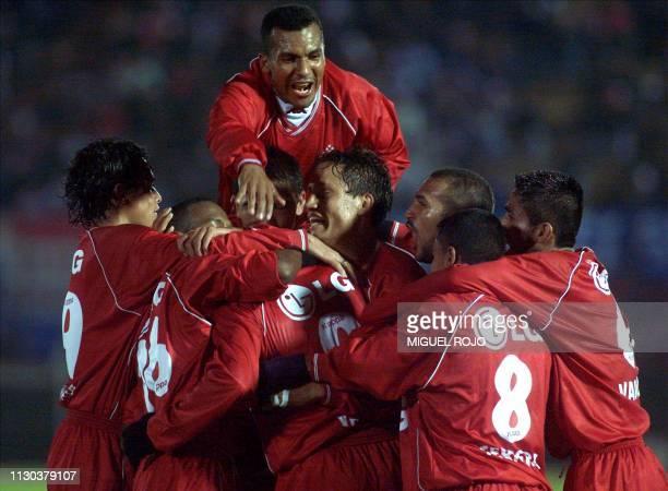 Team members of America de Cali celebrate Julian Vazquez' goal against Nacional de Uruguay 17 May 2001 in Montevideo Jugadores del America de Cali...